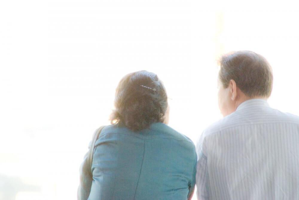 男性は40代がどん底で、それから幸せに 女性は横ばいで60代から幸福度が下がる